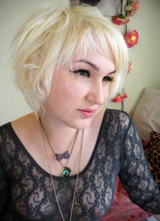 Блондиночка с татуировкой на пояснице