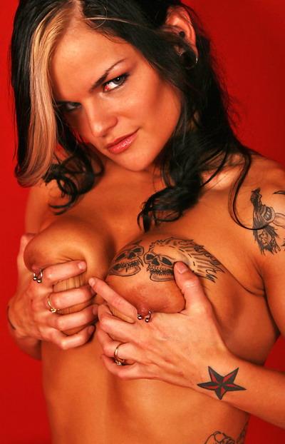 Пирсинг сосков и татуировки сексуальной девушки