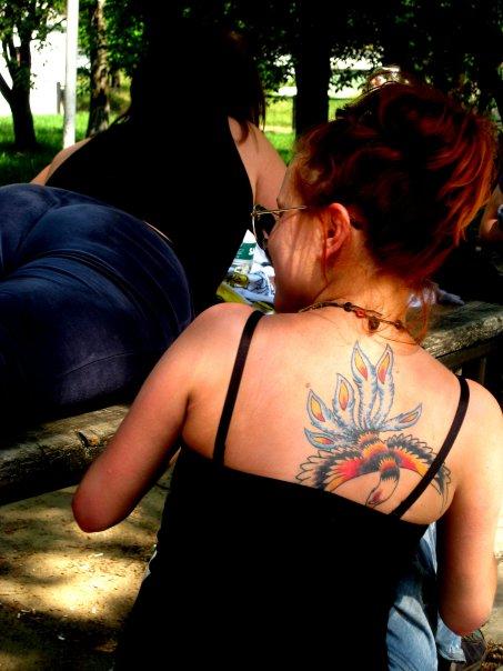 Красивая цветная татуировка на спине в виде птицы