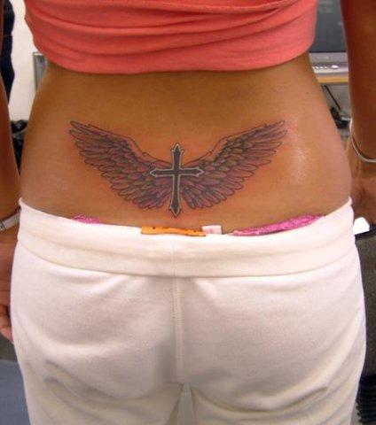 Симпатичная татуировка в виде крыльев с крестом