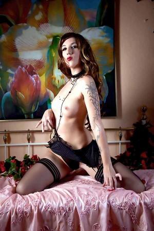 Девушка с татуировками и интимным пирсингом